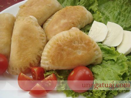 Petulla të mbushura me djathë mocarela dhe domate