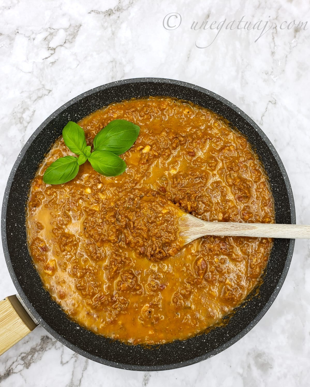 Ragu bolonjeze (kimë me mish të grirë)