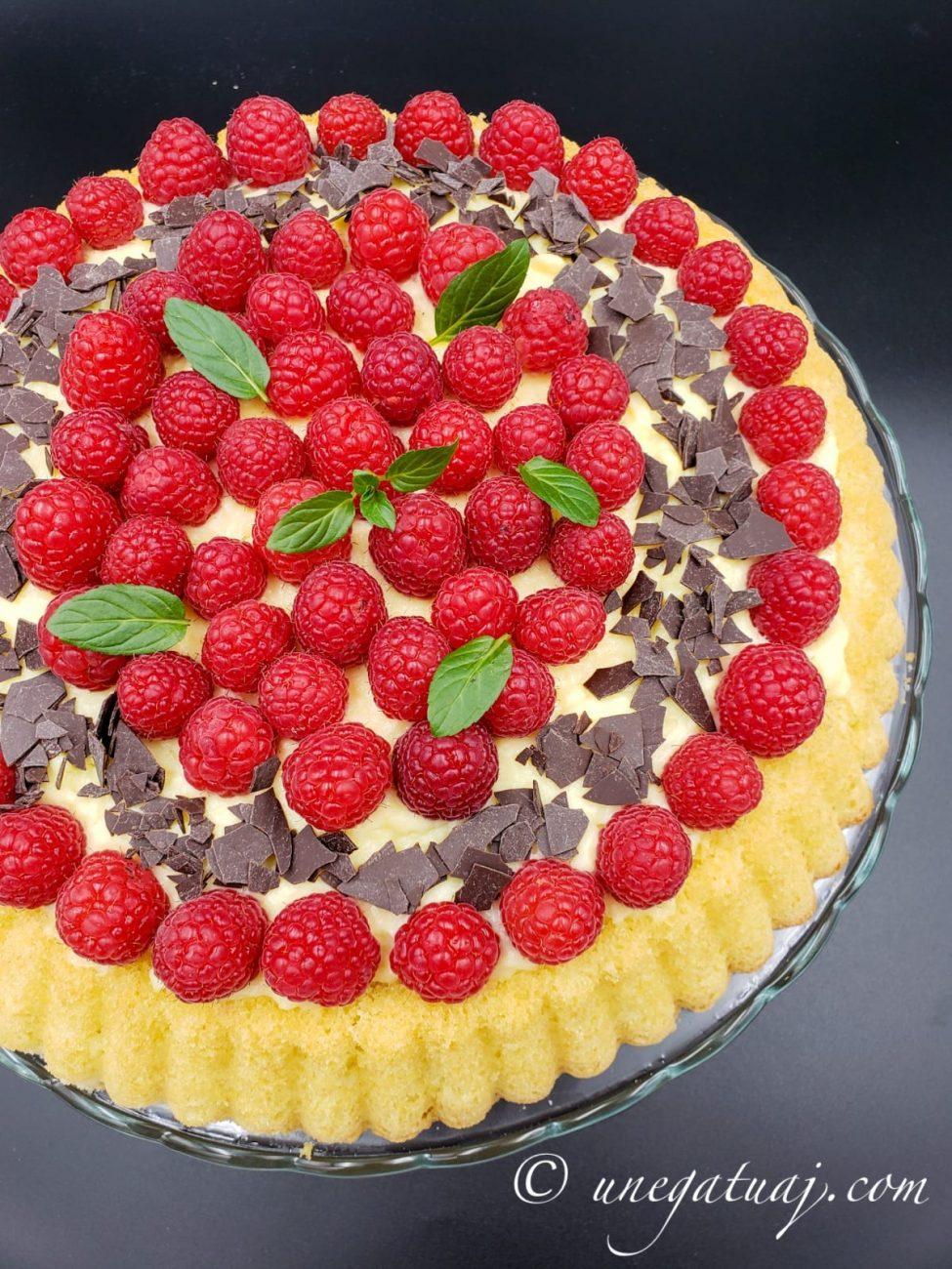 Tortë me krem pastiçerie, mjedra dhe çokollatë të zezë