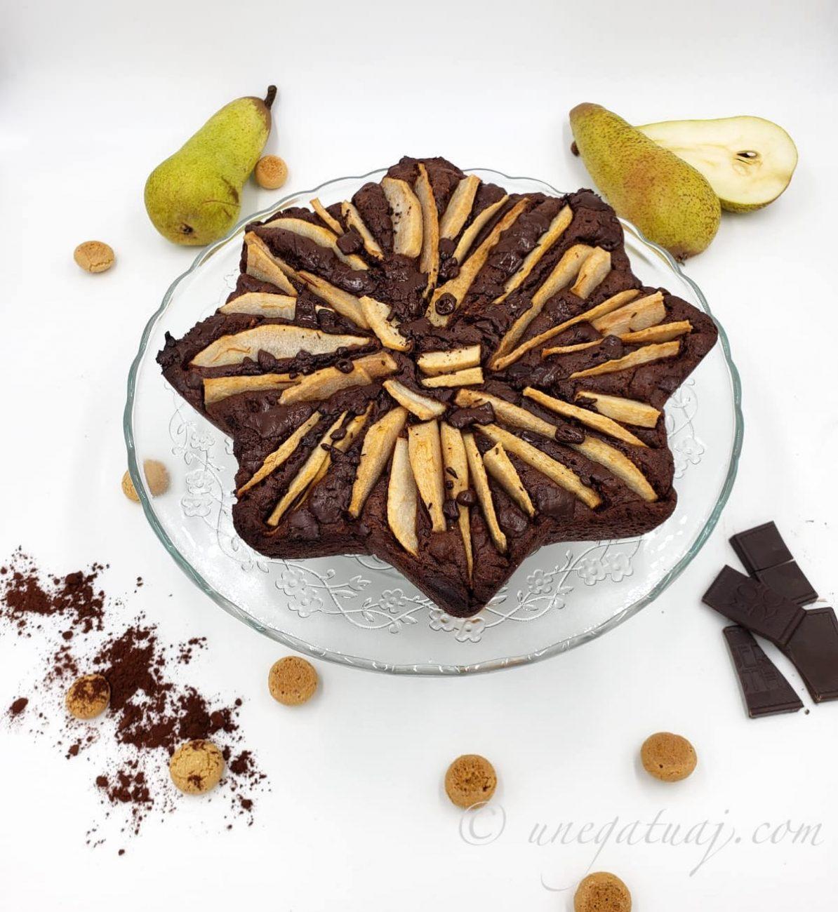 Kek me çokollatë të zezë, dardha dhe amareta