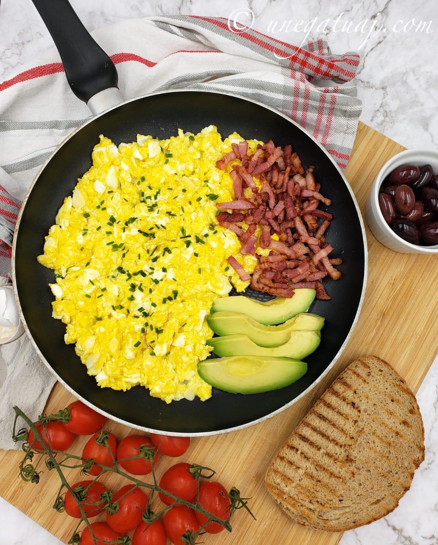 Mëngjes proteinik me vezë, pançetë dhe avokado