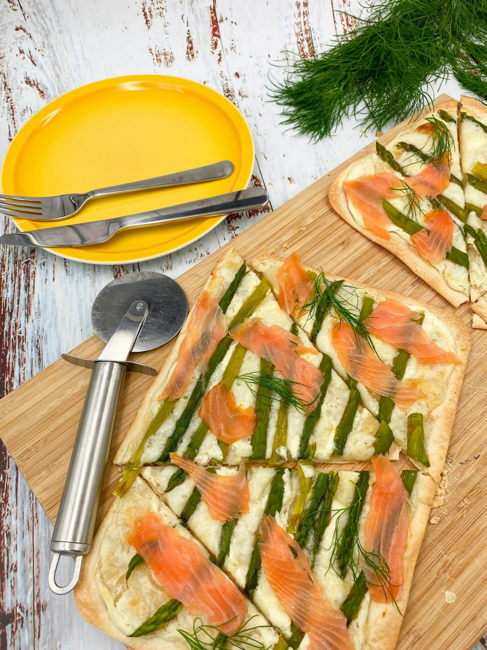Tartë e kripur me shparguj dhe salmon